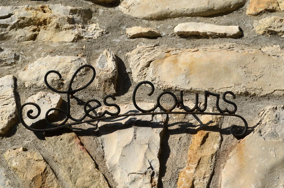 Elegant sign: Les Cours