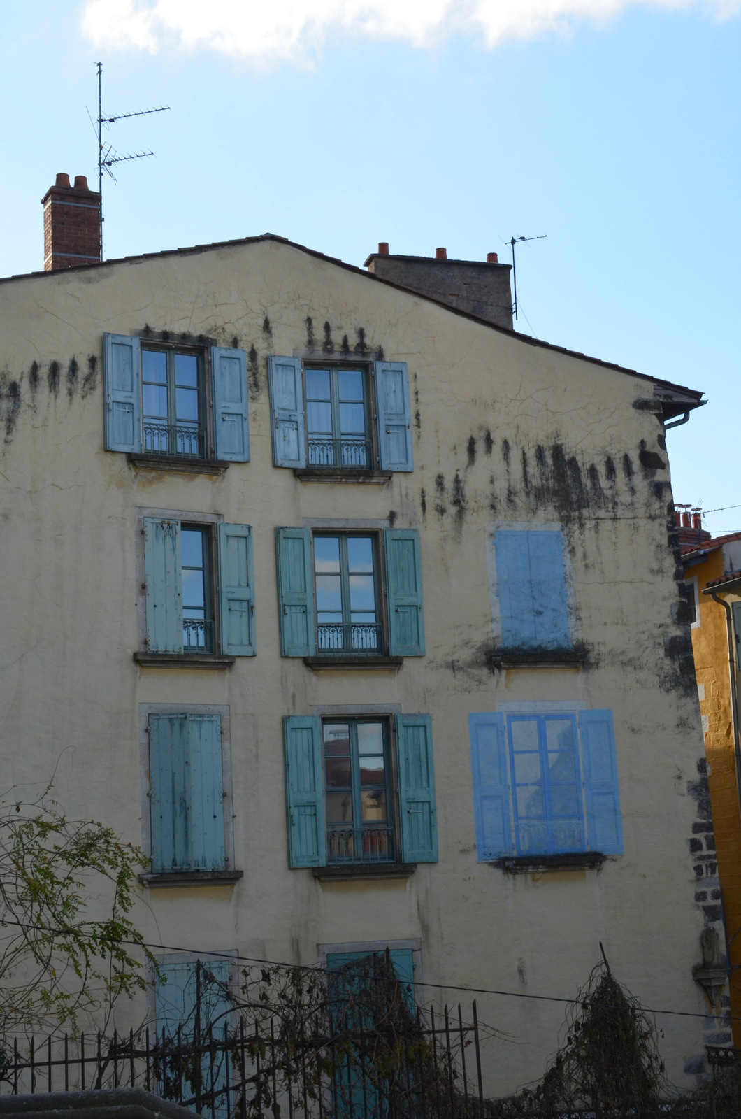 Do you think your façade lacks windows? Paint them on!